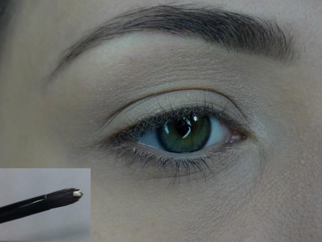 Com a pele pronta, aplico um fixador de sombra. O meu é o Eye Primer da Mary Kay.