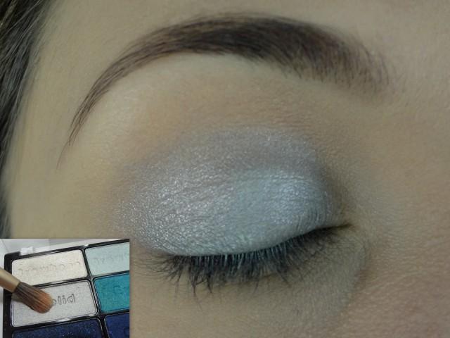 Com uma sombra clarinha, puxada pro azul, e um pincel fofinho aplico em toda a pálpebra para criar uma base.