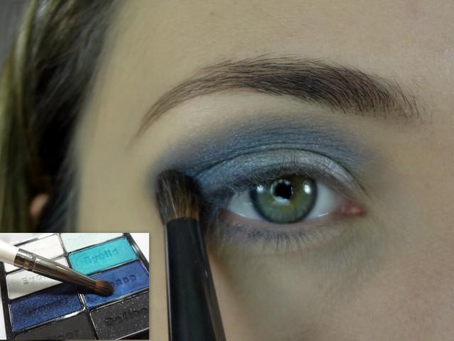 Com um pincel gordinho aplico a sombra azul escura do canto externo do olho, marcando o concavo (dobrinha do olho) até o canto interno.