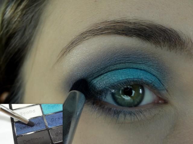 Com a sombra azul mais escura e um pincel lápis eu aplico só um pouquinho bem na dobrinha do olho, só pra uma escurecida.
