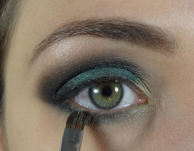 Com o mesmo verde que aplicamos em cima, aplico com um pincel abaixo da linha d'água.