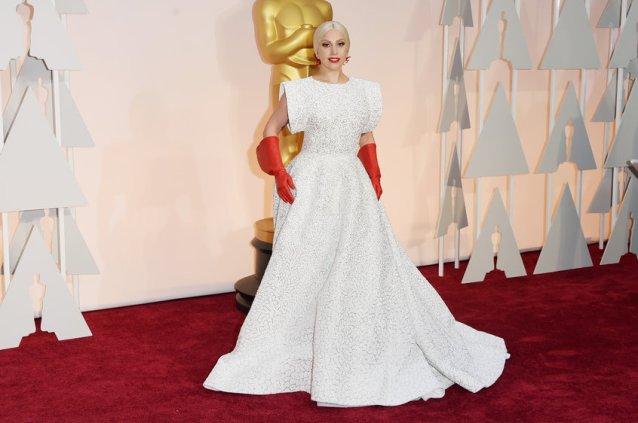Gaga sendo Gaga. As luvinhas já viraram piada na net, óbvio. OUT.
